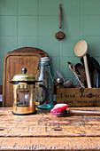 Abgenutzte Bürste und Küchenutensilien auf einem Holztisch