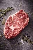 Rohes Ribeye Steak mit Thymian, Salz und Pfeffer