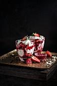 Eton Mess mit Erdbeer-Coulis und Baiser