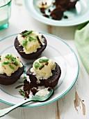 Mud Cakes mit Schokolade, Schoko-Minz-Riegeln und Eiscreme