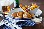 Fish & Chips mit Sauce Tartare und Bier