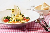 Spaghetti Carbonara with tomatoes and rocket