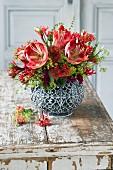 Rot-grüner Strauß aus Amaryllis, Frauenmantel und Korallenblumen