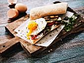 Vegetarisches Sandwich mit Grillgemüse und Spiegelei