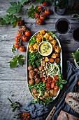 Vegane Buddha Bowl mit Gemüse und Nudeln