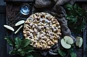 Veganer Apfel-Streusel-Kuchen auf rustikalem Holzuntergrund