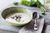 Spargelsuppe mit Croutons