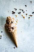 Waffelhörnchen mit schmelzendem Schokoladen-Erdnussbuttereis