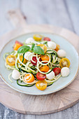 Courgette noodle salad with colourful tomatoes and mozzarella