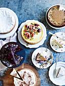 Verschiedene Kuchen auf Metalluntergrund