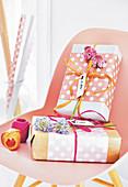 Geschenke mit gepunktetem Geschenkpapier verpackt
