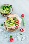 Kokosnusseis mit Früchten