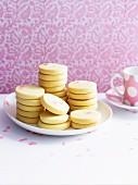 Butterplätzchen auf Teller vor rosa Tapete