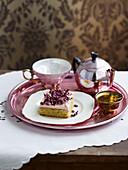 Pistazienkuchen mit Rosenwasser-Frosting und Rosenblüten
