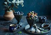 Schokoladeneis mit frischen Heidelbeeren