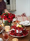 Gedeckter Tisch mit Flusskrebsen und Wein (Schweden)