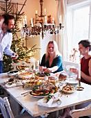 Weihnachtlich gedeckter Tisch mit Familie