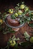Apfelkuchen auf Kuchenständer