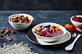 Smoothie Bowl mit Acai-Beeren und Cerealien