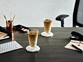 Eiskaffee auf Bürotisch