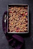 Glutenfreier Cobbler mit Steinfrüchten (Aufsicht)