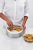 Blondie-Kuchen mit karamellisierten Äpfeln zubereiten
