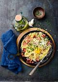 Spaghetti Carbonara mit Schinken und Eigelb