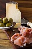 Manchego mit Oliven und Serranoschinken