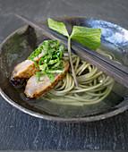 Suppe mit Wasabinudeln, Wasabiblättern und Schweinefleisch