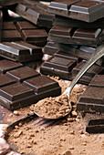 Dunkle Schokolade mit Kakaopulver