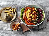Golden Bowl mit Couscous, Gemüse und Granatapfelkernen