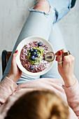 Overnight Oats mit Heidelbeeren, Kokos und Kopfsalat-Weizengras-Sauce
