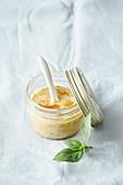 Scharfer Orangen-Erdnuss-Dip mit Honig