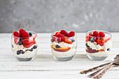 Gepuffter Quinoa mit Früchten im Glas