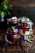 Käsekuchen im Glas gebacken mit Erdbeeren