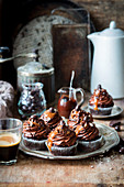 Schokoladencupcakes mit Karamellsauce