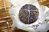 Pecorino mit Kornblumenmantel auf Strohmatte