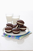 Whoopie cakes and two glasses of milk (USA)