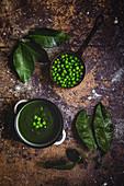 Grüne Gemüsecremesuppe mit Erbsen und Bohnen