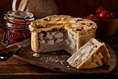 Meat Pie (Fleischpastete, England) mit roter Zwiebelmarmelade