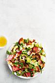 Wassermelonensalat mit Avocado, Radieschen und Haloumi