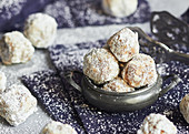 Walnut snowballs (low-carb)