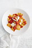 Ravioli mit Tomatensauce, Joghurt und Minze