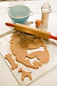Dog Food - Honigkuchen in Knochenform ausstechen (Hundekuchen)