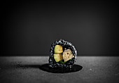 Maki-Sushi mit schwarzem Reis und Avocado