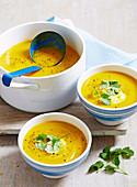 Möhren-Blumenkohl-Suppe mit Joghurt und Koriander