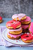 Donuts mit pinkfarbener und roter Glasur, gestapelt