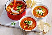 Tomaten-Linsen-Suppe mit Mais und Joghurt