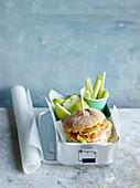 Brötchen-Sandwich mit Gemüse zum Mitnehmen