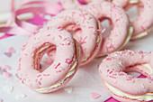 Rosa Macaron-Donuts mit Frischkäsefüllung